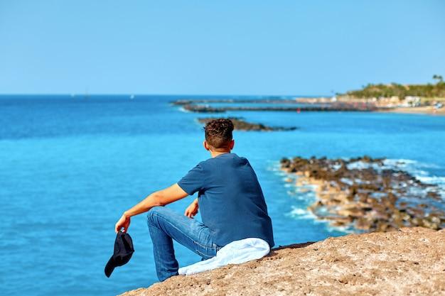 Uomo che guarda il mare in una giornata estiva. località balneare.