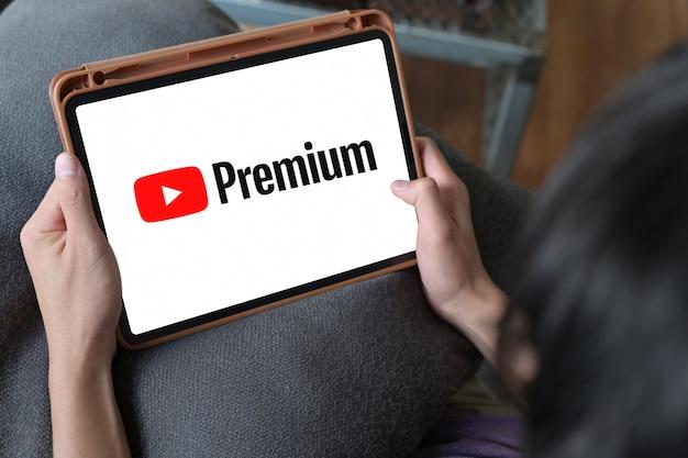 Uomo che guarda video online