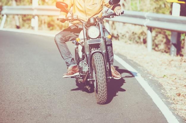 Uomo che guida la moto su una strada in libertà stile di vita in vacanza