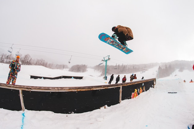 Uomo che guida sulla fotografia di snowboard