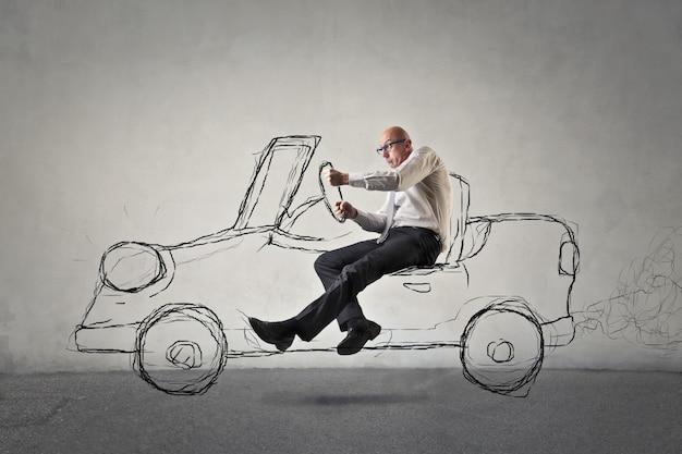 Uomo che guida un'auto fittizia