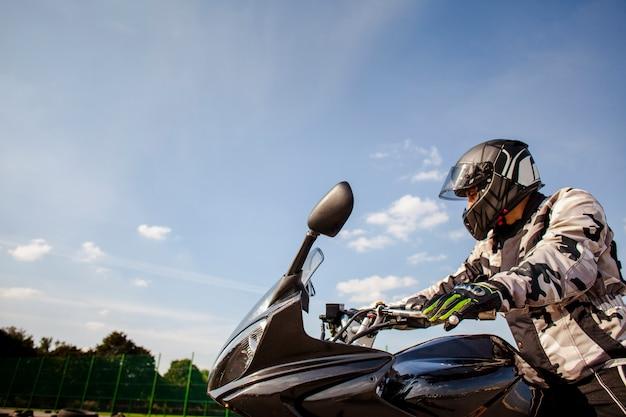 Uomo che guida una moto con spazio di copia