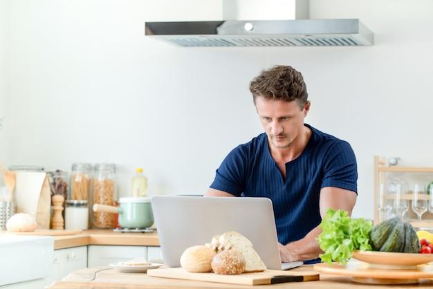 Uomo che ha chat online e lavora da casa