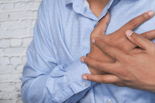 Uomo che ha dolore al petto, infarto.