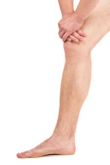 Uomo che ha dolore alle gambe
