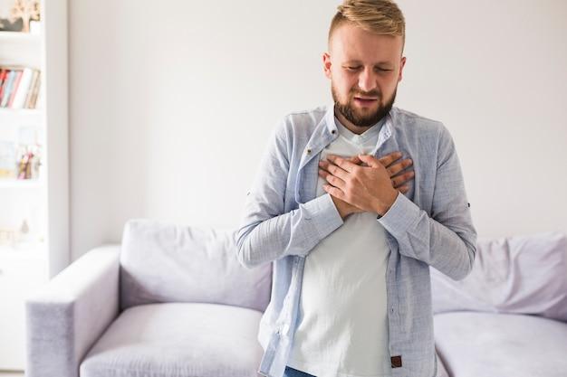 Uomo che ha mal di cuore