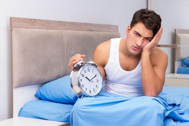 Uomo che ha problemi a svegliarsi la mattina