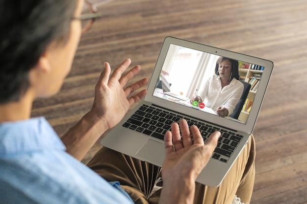 Uomo che ha una videochiamata con il suo consulente
