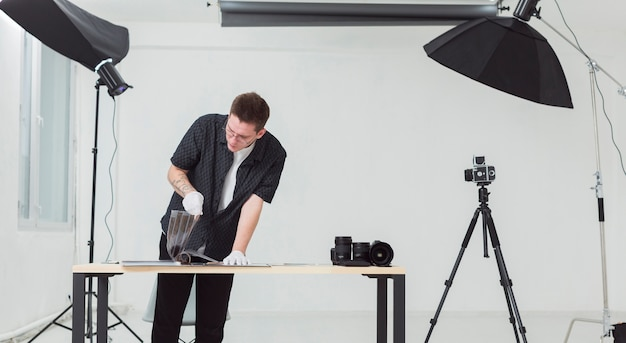 Uomo che indossa abiti neri, lavorando nel suo studio fotografico