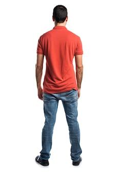 Uomo che indossa camicia di polo rossa