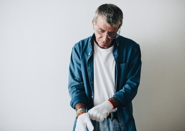 Uomo che indossa guanti protettivi bianchi