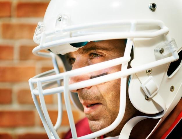 Uomo che indossa il casco da football americano dell'america