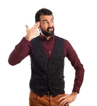 Uomo che indossa il panciotto facendo il gesto suicida