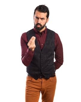 Uomo che indossa il panciotto facendo un gesto di denaro