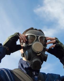 Uomo che indossa la maschera antigas