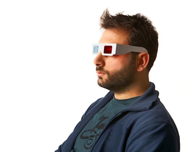 Uomo che indossa occhiali 3d