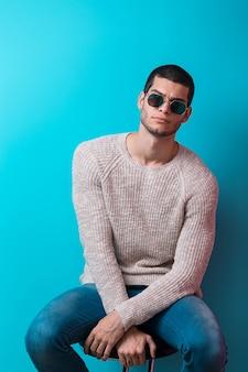 Uomo che indossa occhiali da sole