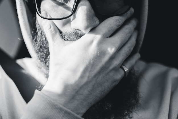 Uomo che indossa occhiali neri incorniciati