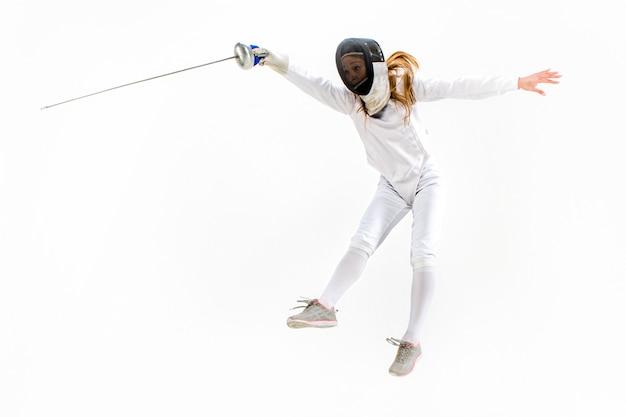Uomo che indossa tuta scherma praticando con la spada