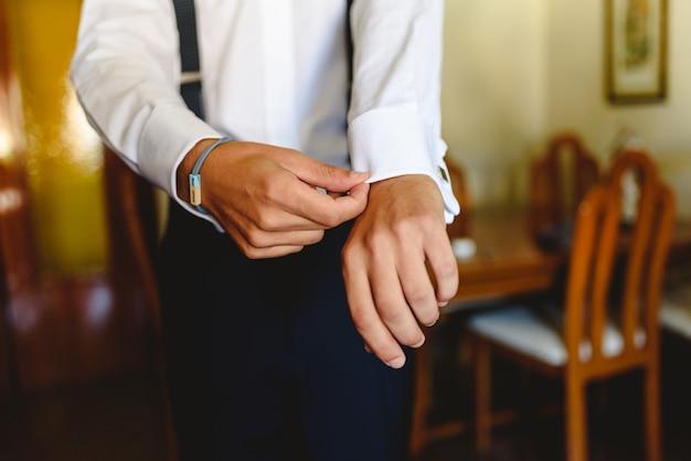Uomo che indossa una camicia bianca per vestire elegantemente.