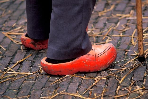 Uomo che indossa zoccoli, olanda