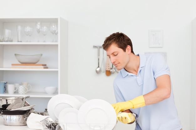 Uomo che lava i piatti