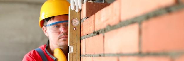 Uomo che lavora al ritratto dell'edificio