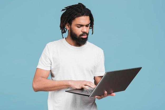Uomo che lavora al suo computer portatile