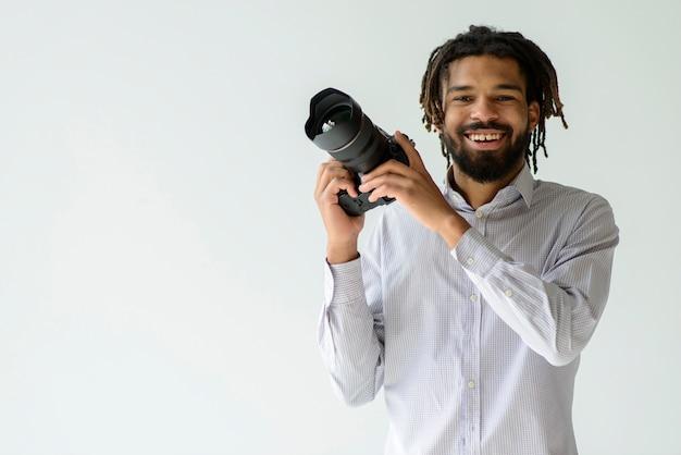 Uomo che lavora come fotografo