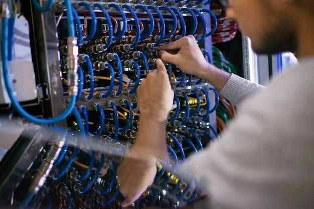 Uomo che lavora con il gabinetto del server