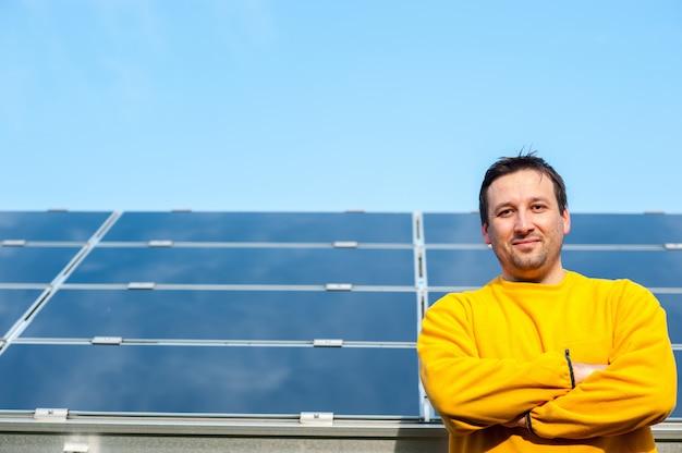 Uomo che lavora con pannelli solari