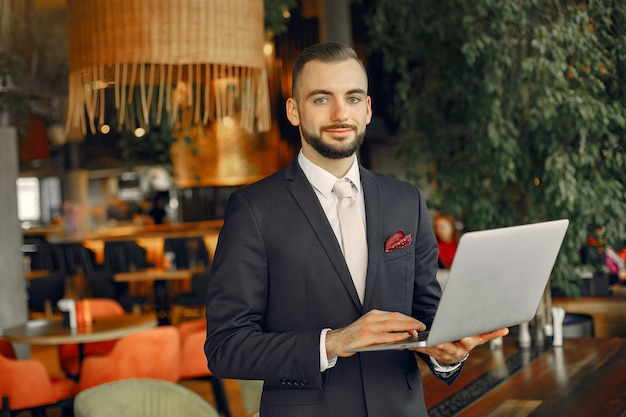 Uomo che lavora con un computer portatile al tavolo