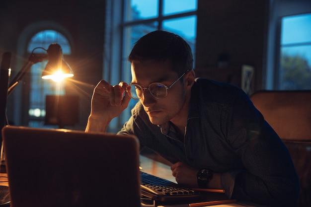 Uomo che lavora in ufficio da solo