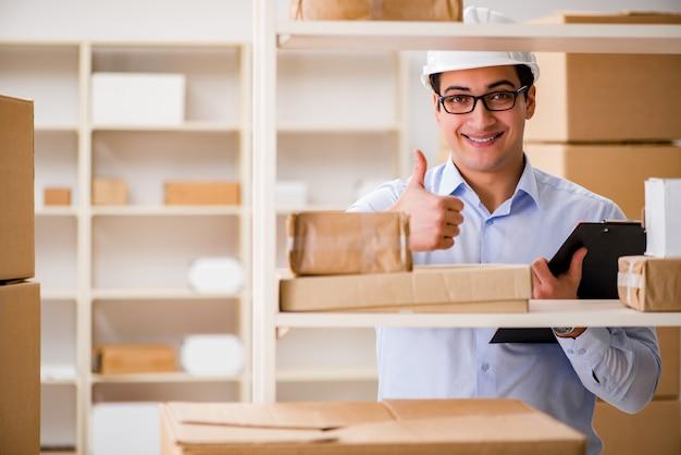 Uomo che lavora in ufficio postale servizio di consegna pacchi