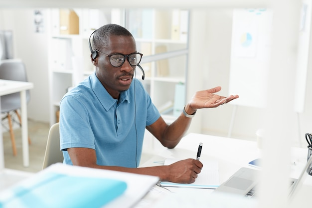 Uomo che lavora in un call center