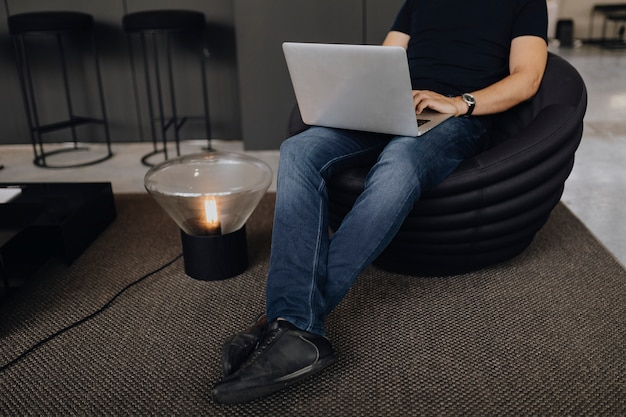 Uomo che lavora su un computer portatile