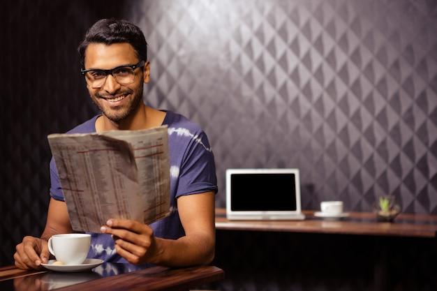 Uomo che legge il giornale