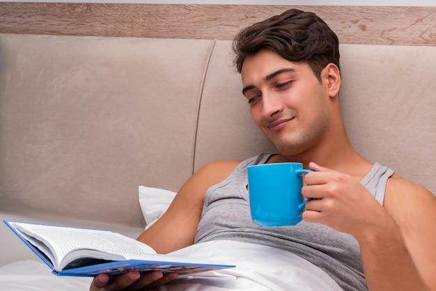 Uomo che legge il libro nel letto