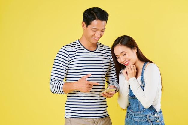 Uomo che legge le eccitanti notizie alla fidanzata