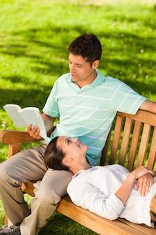 Uomo che legge un libro con la sua ragazza