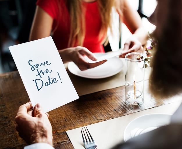 Uomo che legge una carta di invito a nozze