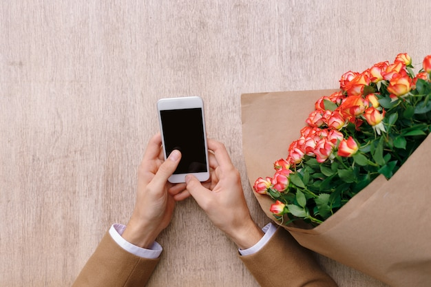 Uomo che manda un sms a un messaggio di amore.