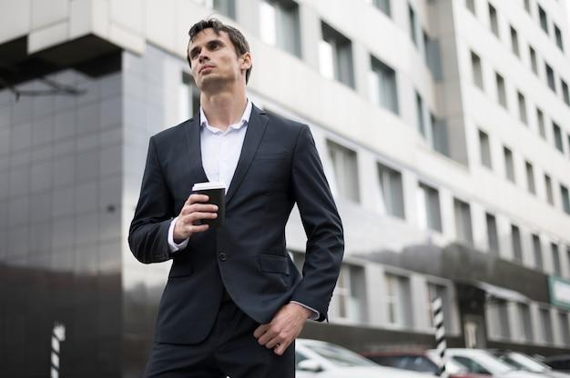 Uomo che mangia un caffè durante la pausa