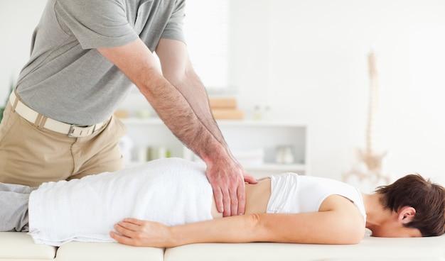Uomo che massaggia indietro un womans sveglio