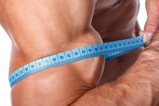 Uomo che misura il suo bicipite