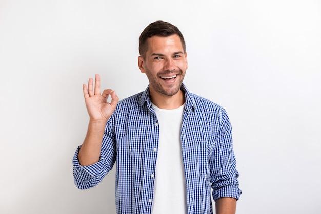 Uomo che mostra gesto giusto in studio