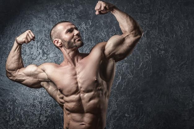 Uomo che mostra i suoi muscoli