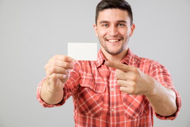 Uomo che mostra il biglietto da visita in bianco