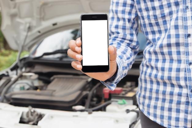 Uomo che mostra il concetto di servizio di emergenza chiamata schermo vuoto del telefono
