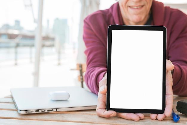 Uomo che mostra nuova tavoletta digitale con schermo bianco vuoto